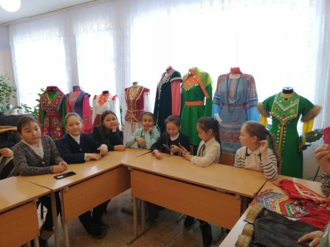 18 марта в Детском эколого-биологическом центре прошла выставка и мастер-класс «Национальные костюмы и украшения»